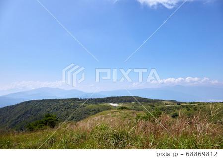 夏の日中、高ボッチ山の展望台から北アルプス方面を望む 長野県塩尻市 68869812