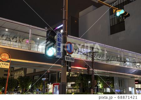 道路側から見た歩道橋とイオン岡山の夜景と信号機 68871421