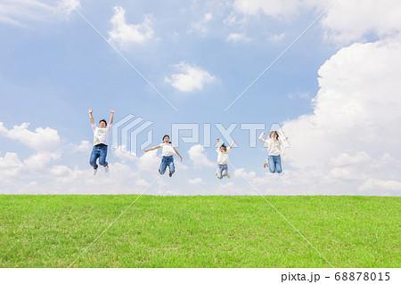ジャンプする家族 68878015