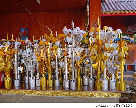 ラオスの仏教寺院にあったお供え用の造花 68878154