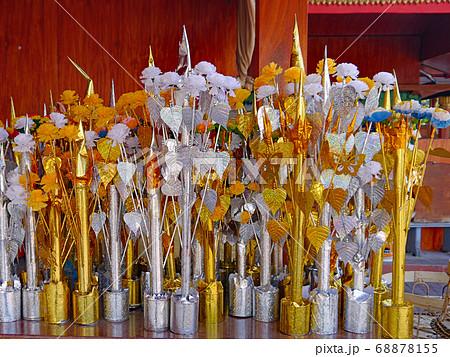 ラオスの仏教寺院に置かれていたお供えの供花 68878155