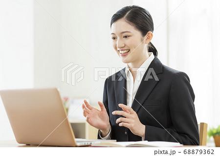 オンラインで就活をする女性 リモート面接 68879362