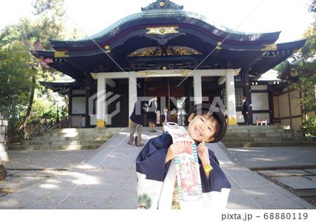 七五三詣で神社の前で記念撮影する男の子 68880119