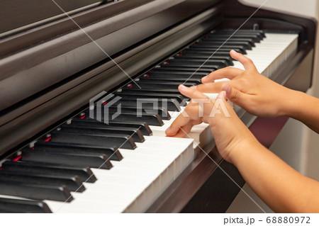 ピアノを練習する子供の手 68880972