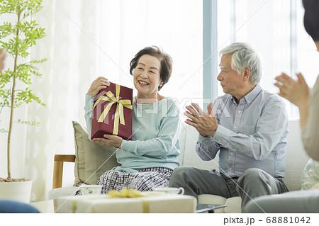 プレゼントを抱えるシニア女性 68881042