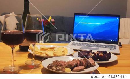 お家でディナー コロナの影響でステイホームしながら家でワインとステーキを楽しむオンラインディナー 68882414
