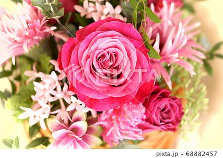 深いピンクのブーケ ピンクローズ中心 68882457