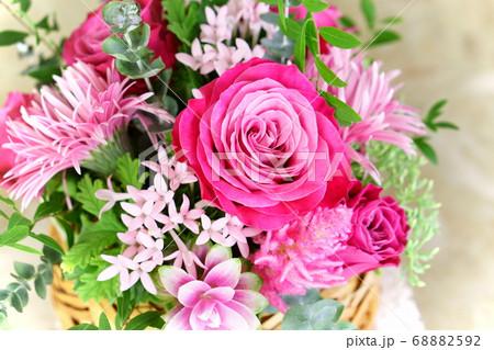 ピンクのフラワーアレンジメント ローズ 68882592
