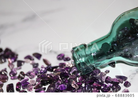 緑色のガラス瓶からこぼれるアメジストさざれ石 68883605
