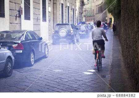 イタリア 排気ガスの中走る自転車 68884382