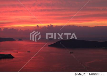 屋島山頂から見る赤く染まる瀬戸内海の島々と船 68888626