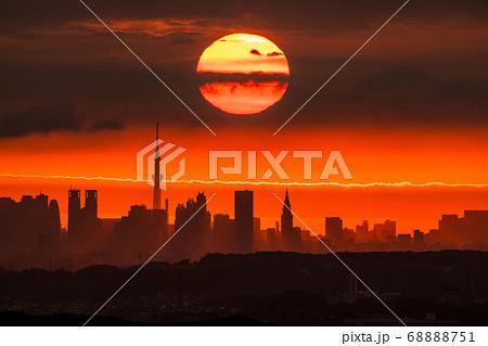 《東京都》東京の夜明け・スカイツリーから昇る太陽 68888751