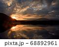 夜明けの精進湖 68892961
