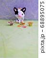 座るミニチュア粘土細工の牛と折り鶴 68895075
