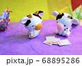 牛と和風な折り鶴 68895286