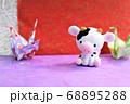 かわいい牛と折り鶴 68895288