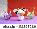 ウインクしている牛と折り鶴 68895289