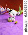 折り紙で鶴を折る牛 68895290