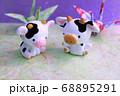 牛と和風な折り鶴 68895291