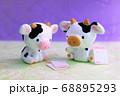 はがきを持つ牛 68895293