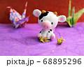 折り紙で鶴を折る牛 68895296