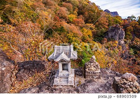 (群馬県)秋の妙義山 大砲岩・天狗の評定付近 68903509