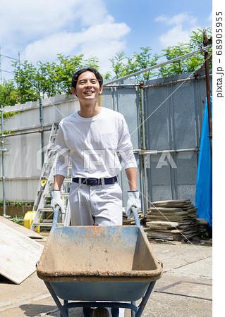 建設現場で働く若い男性作業員 68905955