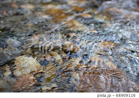 清流の波打つ水面 68909116