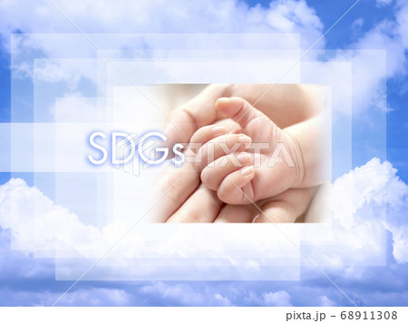 SDGsのイメージ 青空と赤ちゃんの手 68911308