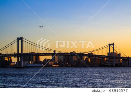 夕暮れのレインボーブリッジと航空機 68916577