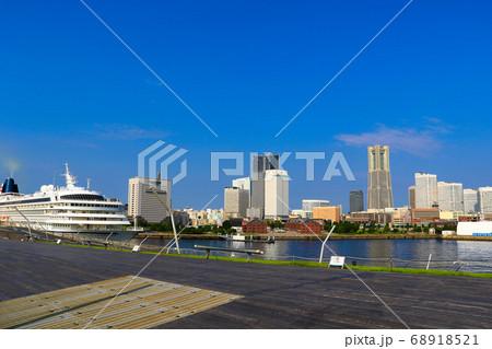 大さん橋の飛鳥Ⅱと、みなとみらいの風景 68918521