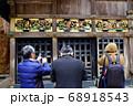 日光東照宮の神厩舎で三猿を見る観光客 68918543