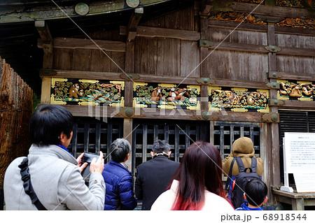 日光東照宮の三猿を見学する観光客 68918544