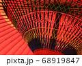 赤色の和傘に黒い骨組み、そしてカラフルな糸で装飾 68919847