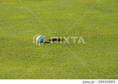 カップイン グリーンとボール パッティングイメージ 広いコピースペース  イメージ素材 68920969