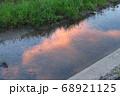川に映る夕日雲 68921125