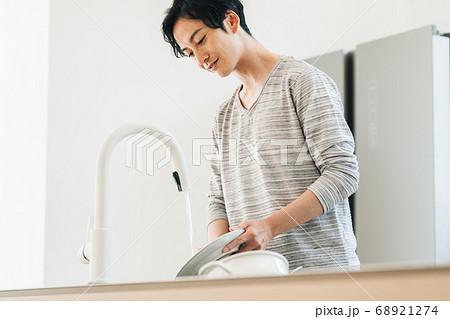 キッチンで食器を洗う男性 68921274