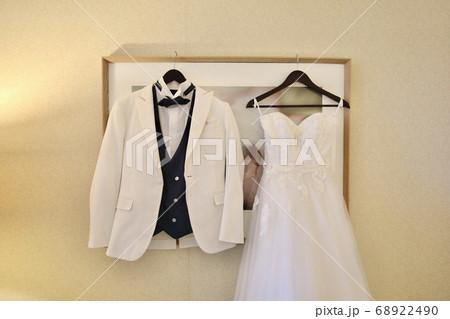 きれいに並べられた新郎新婦のウェディング衣装 68922490