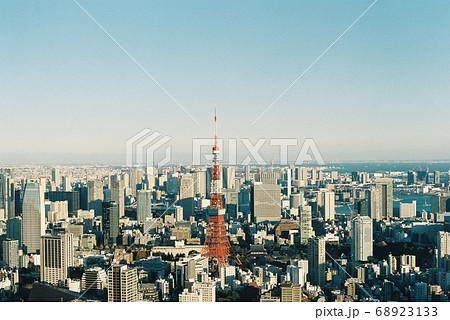 フィルムに写した東京タワーと青空 68923133