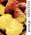 秋の味覚焼き芋 68923505