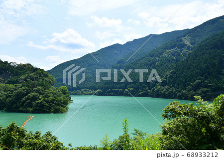 エメラルドグリーンの和歌山県有田川町の二川ダム湖 68933212