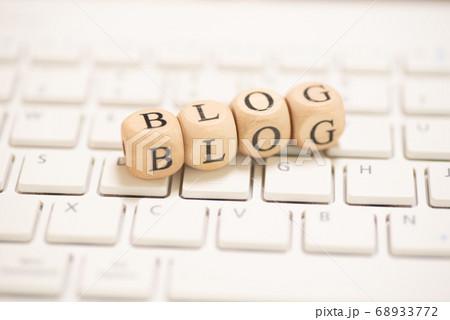 白いキーボードの上のブログ(blog)の英単語 68933772