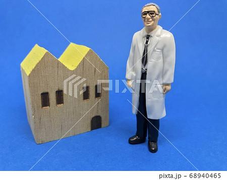 医者と家:かかりつけ医・ホームドクターイメージ(男性) 68940465