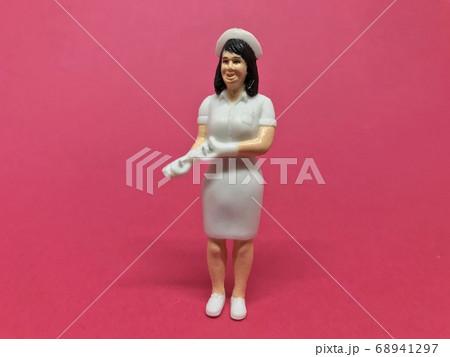 看護師の人形、フィギュア:医療従事者イメージ(女性・赤背景) 68941297