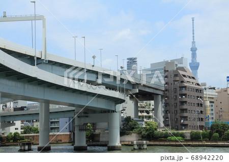 隅田川に架かる首都高速とスカイツリー 68942220
