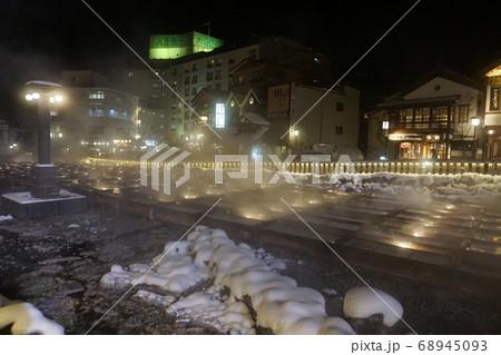 冬の草津温泉の夜のライトアップされた湯畑 68945093