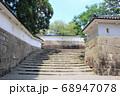 時代劇で出てきそうな城下町 天主閣へ続く階段と城壁 68947078