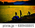 阪神西宮お前浜海岸の夕焼けとシルエット 68948805