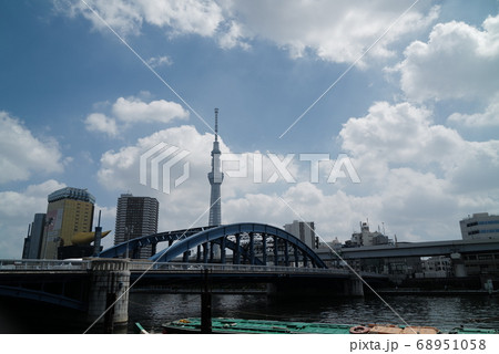 入道雲を背景にした駒込橋とスカイツリーと船 68951058