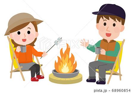 キャンプファイヤー 焼きマシュマロをする男女 イラスト 68960854